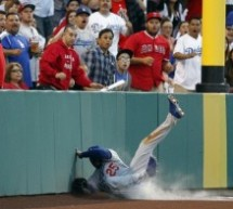 Los Angeles Dodgers Carl Crawford Makes Incredible Catch (Video)